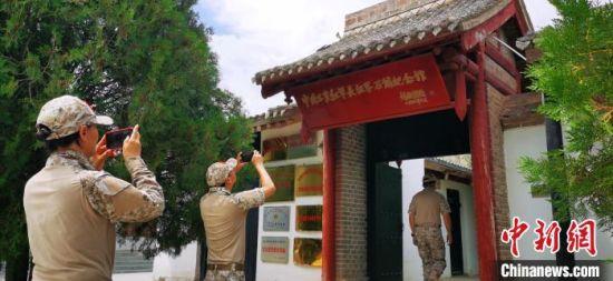 """2020年6月,红色征程团队""""重走长征路""""抵达界石铺红军长征纪念馆。(资料图) 魏建军 摄"""