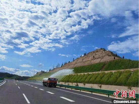 图为甘肃境内的公路设施。甘肃省交通运输厅供图