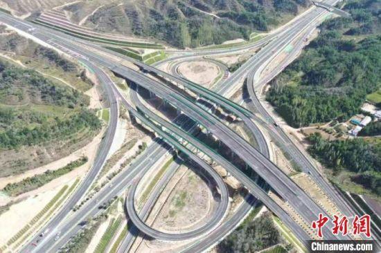 近年来,甘肃交通运输行业在推动智慧交通、科技创新等方面取得了长足进展。图为甘肃境内的高速公路。甘肃省交通运输厅供图