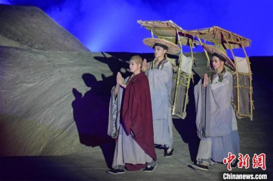 图为演出现场,该剧独创360度旋转并前后移动观众席,颠覆传统剧场舞台表演模式。 王斌银 摄