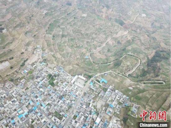 """图为俯瞰甘肃武都区""""花椒大镇""""汉林镇。 艾庆龙 摄"""