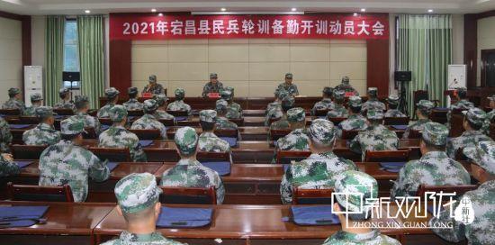 5月7日晚,宕昌县民兵轮训备勤开训动员大会在市民兵训练基地隆重举行。 马涛摄。