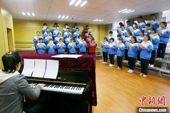 图为兰州市第二中学学生正在排练大合唱。 高展 摄