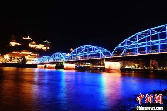 2019年4月21日晚,兰州百年黄河铁桥――中山桥在五彩灯光的映衬下美轮美奂。(资料图) 杨艳敏 摄