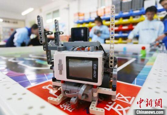 图为兰州大学附属中学机器人活动中心,高中学子参与活动。 高展 摄