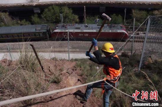 图为桥隧工对排查发现的危石、浮石进行破碎和清理处理。 高莹 摄