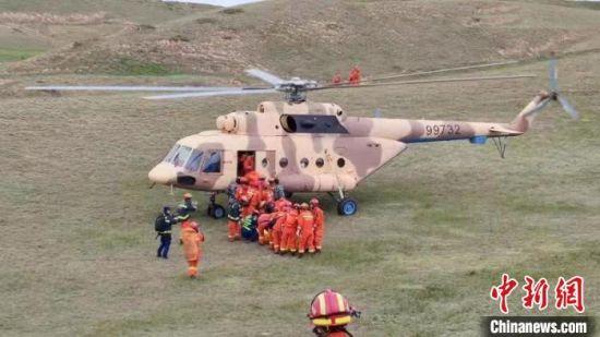 图为23日上午直升机救援现场。 甘肃消防供图