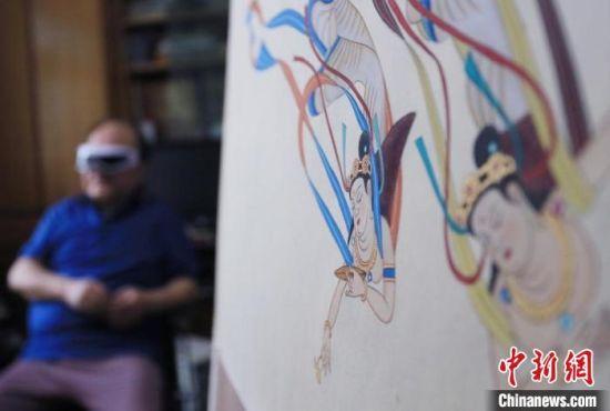 55年以来,范兴儒常常挑灯临摹至深夜,长期用眼过度。图为作画间隙,他休息片刻按摩眼部。 高展 摄