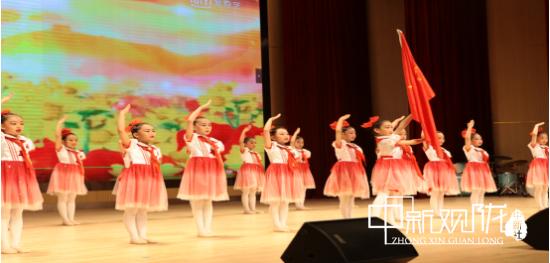 舞蹈《鲜艳的红领巾在胸前飘荡》。
