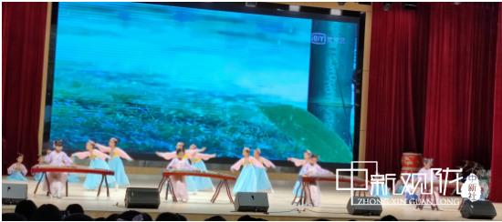 吟诵、舞蹈和古筝表演《君子谣》。