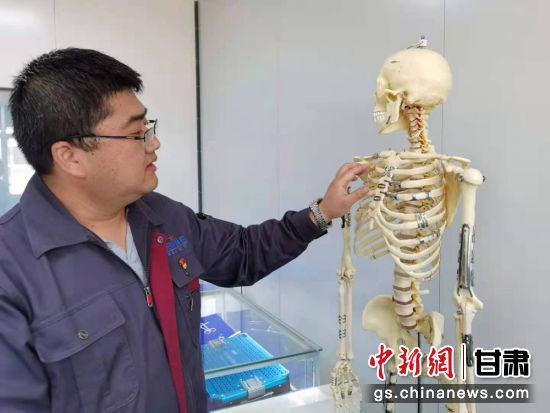 """图为西脉医疗工作人员介绍研发的""""记忆合金""""医疗器械产品。丁思 摄"""