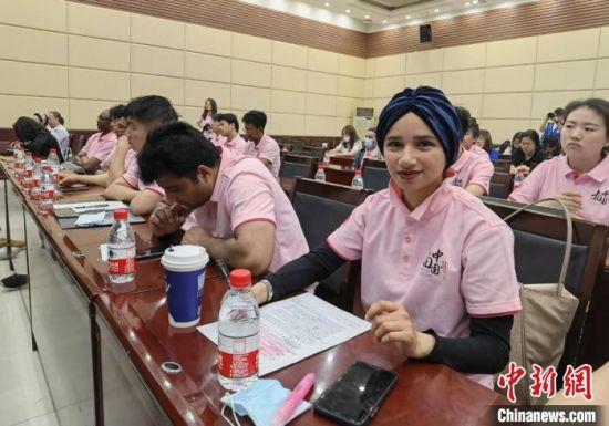 图为参加启动仪式的留学生和西北师范大学学生。 刘玉桃 摄