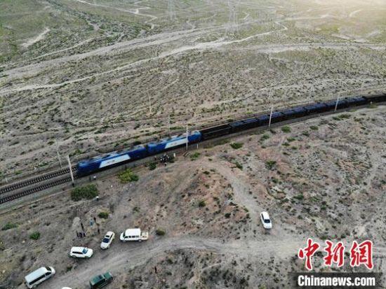图为航拍兰新铁路列车撞人事故现场。 杨艳敏 摄