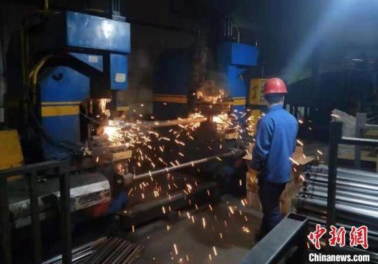 图为企业工人正在进行闪电焊。(资料图) 受访者供图