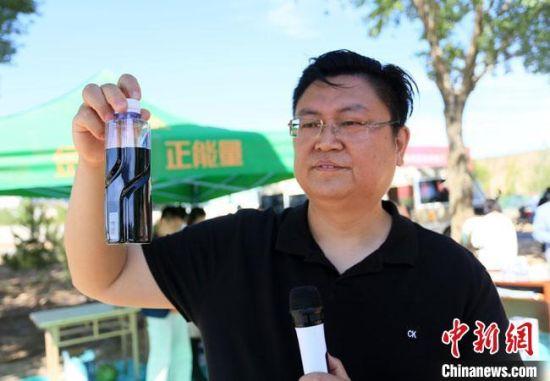 图为6月初,甘肃省科学院纳米高效农业韦营乡示范基地团队负责人吴志国进行现场试验。 高展 摄