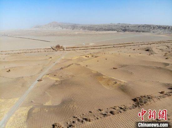 图为莫高窟窟顶的风沙治理现场。(资料图) 杨艳敏 摄