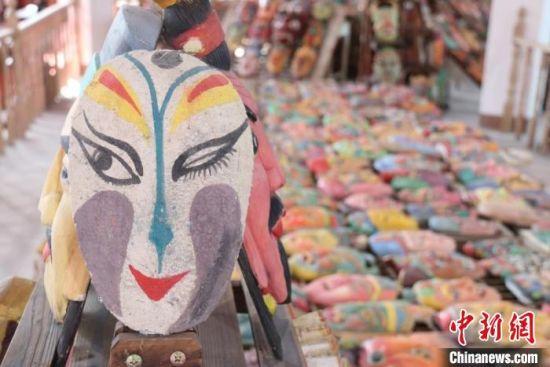 图为甘肃一民俗馆内陈列的傩面具。(资料图) 闫姣 摄
