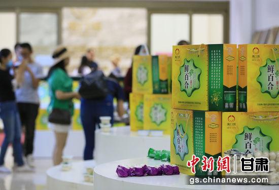 图为华文媒体代表们参观公司产品展示区。