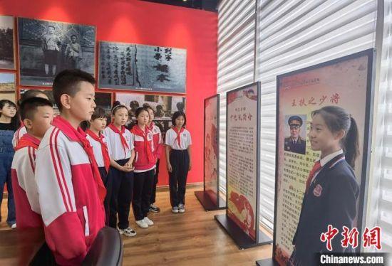 图为小学生化身小小讲解员,讲述红色故事。 刘玉桃 摄