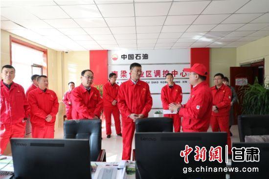 长庆采油二厂党委书记、副厂长王翔在基层指导党史学习教育,汇聚全员上产合力。