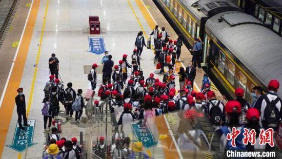 图为学生在兰州西站乘坐红色研学专列。 田多伟 摄