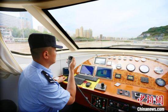 """每年进入汛期,水上派出所民警便加大巡查次数,并及时提醒黄河两岸休闲民众的""""危险动作""""。 高展 摄"""