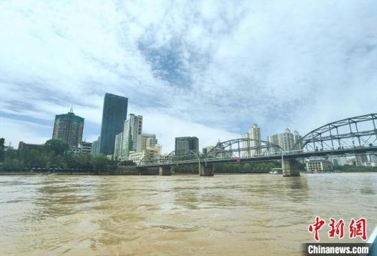 图为在兰州警方搜救艇上拍摄巡查黄河时的画面。 高康迪 摄