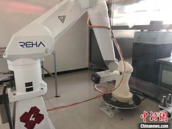 图为一台假肢矫形器七轴数控机器人在甘肃省残疾人辅助器具资源中心亮相。(资料图) 徐雪 摄