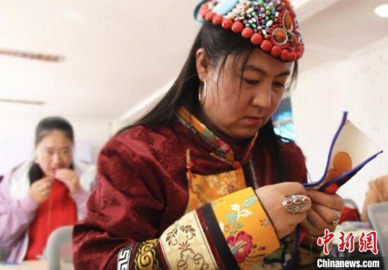 图为裕固族妇女学习刺绣。 史静静 摄