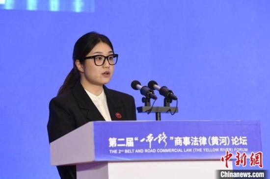 图为新加坡驻华使馆参赞兼政务处主任郭雪婷进行演讲。 崔琳 摄
