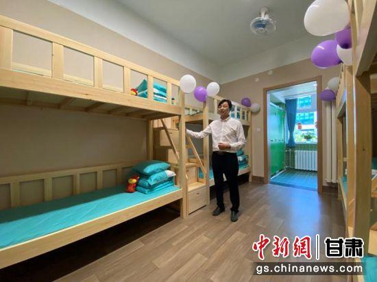 图为学校提供良好宿舍环境,让孩子们安心学习。 高展 摄