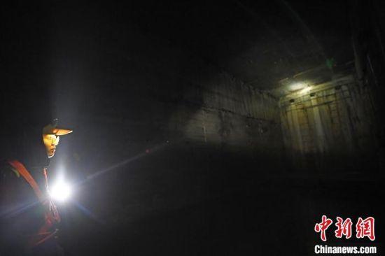图为在宝兰高铁天水南站西端渭河隧道2#竖井内,铁路职工正在进行作业。 杨艳敏 摄
