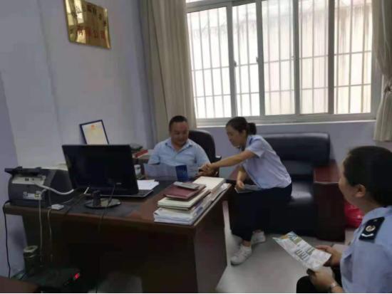 陇南市武都区税务干部上门辅导政策。