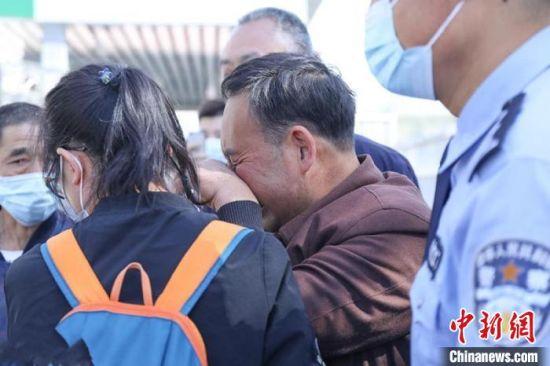 图为今年甘肃省天水市甘谷县公安局刑侦大队成功在四川省广安市找到汪某失散31年亲人。(资料图) 马彦龙 摄