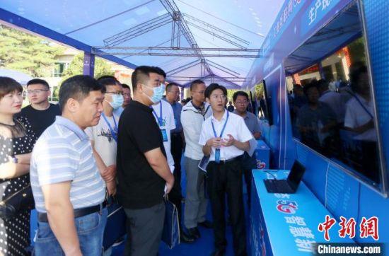 甘肃省工业互联网暨智慧园区重点工作推进现场会参会嘉宾观看展区。 高展 摄
