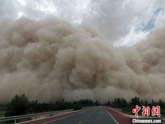 7月25日下午,甘肃敦煌出现沙尘暴。 王晓东 摄