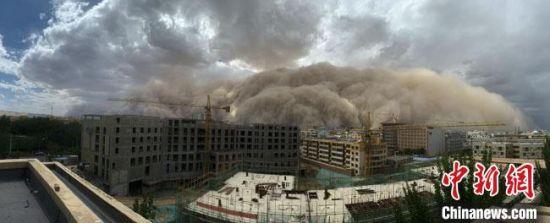 7月25日下午,甘肃敦煌出现沙尘暴。 孙志军 摄