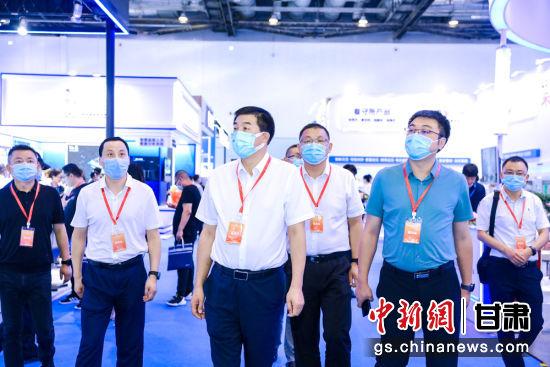 天水市委常委、政法委书记刘天波一行参观2021政法智能化建设技术装备及成果展。