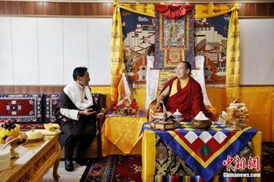 7月24日,班禅在甘南尕秀村牧民家中考察调研。