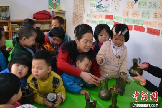 图为颉莉与幼儿园的孩子们在一起。(资料图) 尹元吾 摄