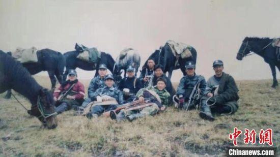 图为草原骑警大队成立之初,部分队员合影。(资料图) 玛曲县公安局供图