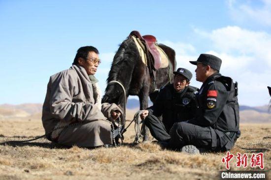 8月上旬,草原骑警大队民警与牧民聊天。 高康迪 摄