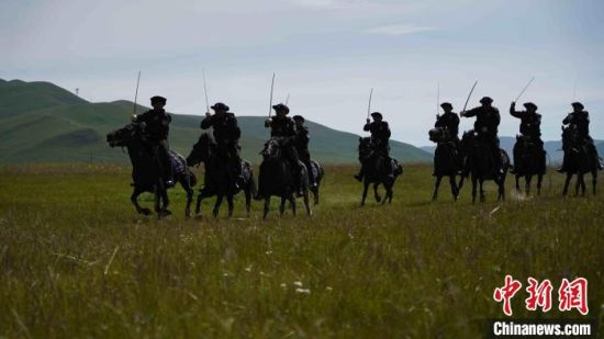 图为草原骑警大队民警正在马背上练习拼刺训练。 高康迪 摄
