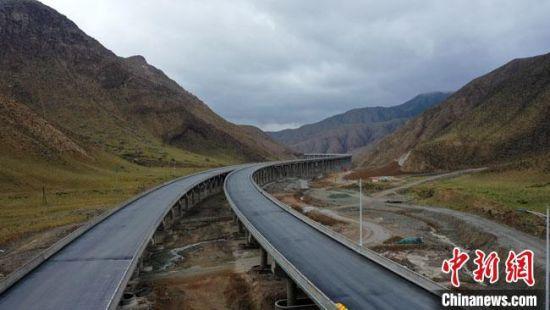 作为连霍高速和京藏高速的联络线,敦煌至当金山口高速公路是国家高速公路规划的重要干线。 何永旺 摄