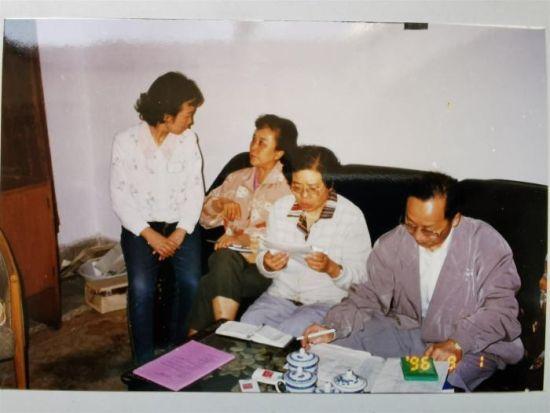 图为1996年第七届甘肃省麻醉年会期间,马丽华工作中。(左一石翊飒医生,左三马丽华教授)(资料图) 兰州大学第二医院供图