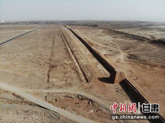图为航拍下的嘉峪关明代长城。(资料图)杨艳敏 摄