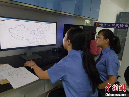 """甘肃省人民检察院电子证据实验室,工作人员的任务之一就是提取涉案人手机进行""""画像""""并数据分析。 崔琳 摄"""