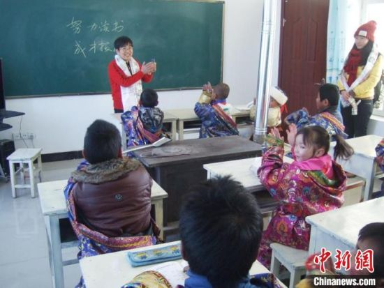 �Z桂珍走�L藏族�W校,了解他��的需求。(�Y料�D) 酒�三中供�D