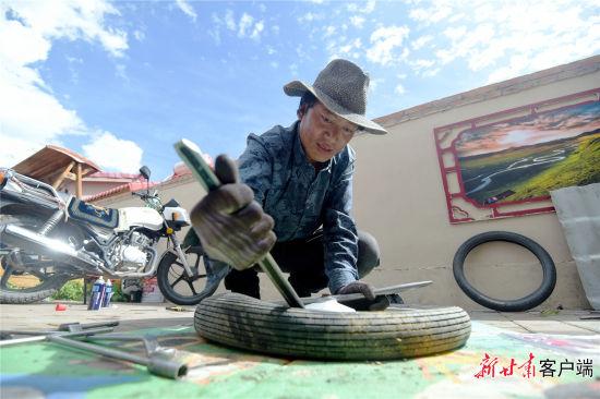 旦知昂杰正在维修摩托车。新甘肃・甘肃日报记者 韦德占