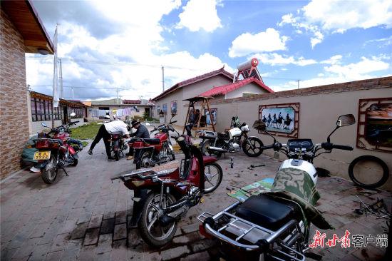 村民旦知昂杰的家门口停满了摩托车。新甘肃・甘肃日报记者 韦德占